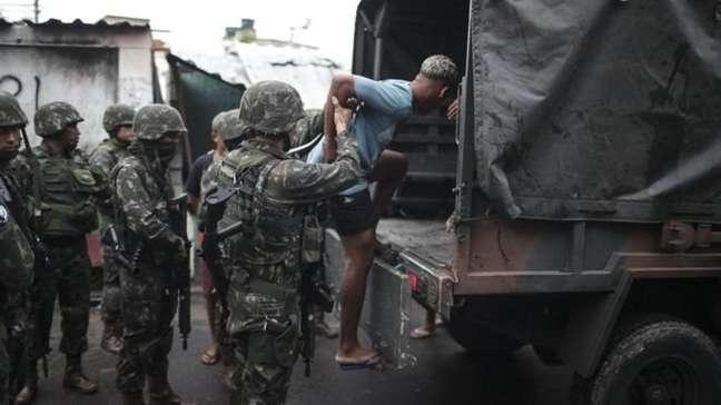 """""""No mínimo deveria ter mostrado para as pessoas que o Exército não vai resolver magicamente os problemas de segurança"""", diz Cano sobre a intervenção federal na segurança pública no Rio"""