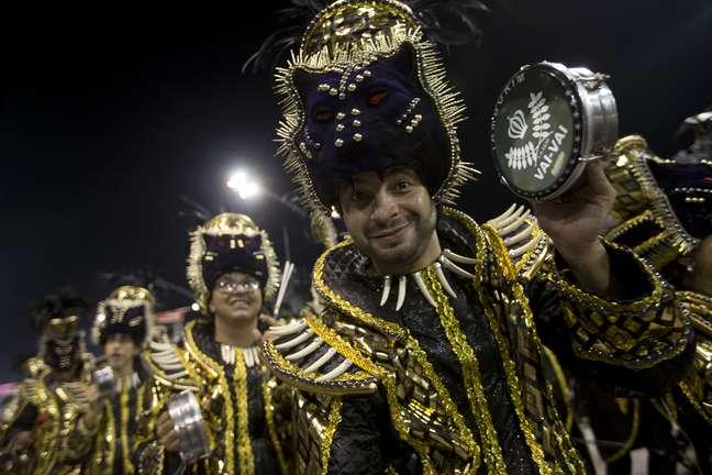 Integrante da bateria da Vai-Vai toca tamborim no Anhembi