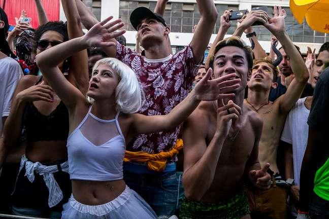 Festas dos foliões pelas ruas tiveram as plaquinhas como objeto