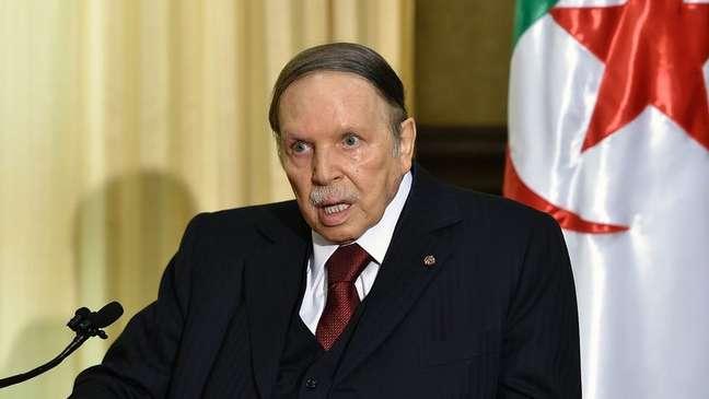 O 'morto-vivo' e 'a moldura' são alguns dos apelidos atribuídos a Abdelaziz Bouteflika. O presidente da Argélia está recluso há seis anos, mas tenta obter um quinto mandato consecutivo