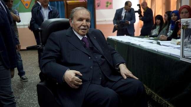Bouteflika não compareceu nem ao lançamento da própria candidatura e precisou de ajuda para votar na eleição parlamentar de 2017