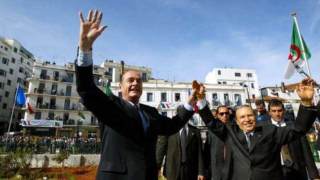 Bouteflika (à direita) garantiu estabilidade à Argélia em troca de uma 'democracia imperfeita' que o mantém no poder há mais de 20 anos