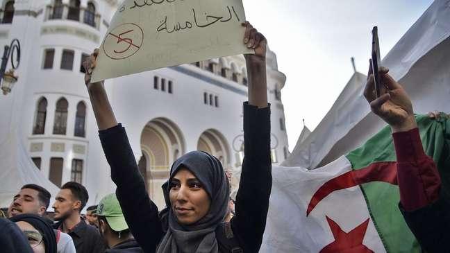 Grande parte da população da Argélia é de jovens. A média de idade é de 27 anos
