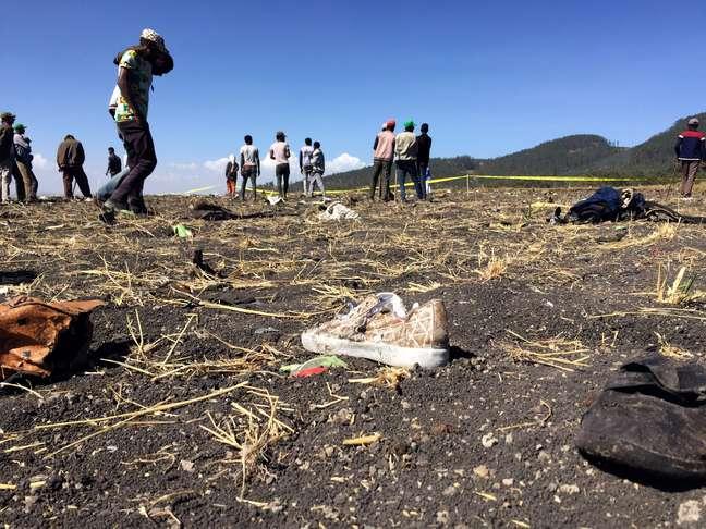 Pessoas caminham no local do acidente do avião Ethiopian Airlines ET 302, perto da cidade de Bishoftu, sudeste de Adis Abeba, Etiópia 10/03/2019 REUTERS/Tiksa Negeri
