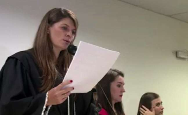 Juíza lê o veredito do caso Bernardo