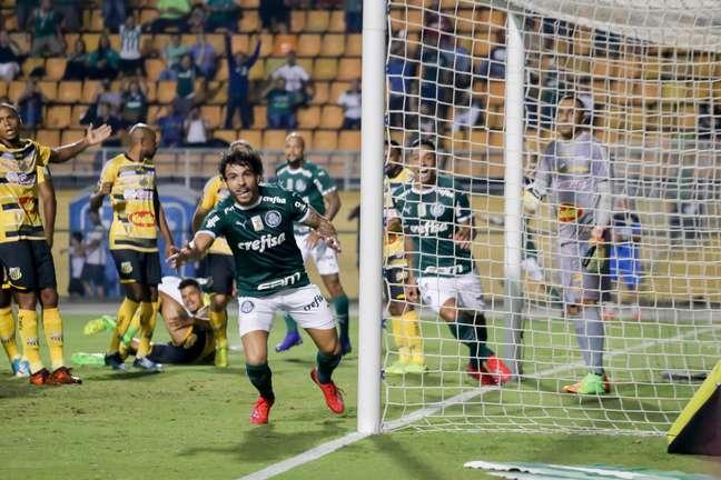 Ricardo Goulart, do Palmeiras, comemora seu gol durante partida contra o time do Novorizontino, válida pelo segundo jogo das quartas de final do Campeonato Paulista, no estádio Paulo Machado de Carvalho ( Pacaembu ), na zona oeste de São Paulo, nesta terça- feira, 26.