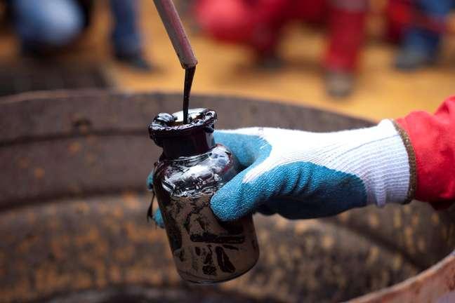 Trabalhador coleta amostra de óleo bruto em um poço de petróleo operado pela petrolífera estatal venezuelana PDVSA em Morichal, Venezuela. 28/07/2011. REUTERS/Carlos Garcia Rawlins