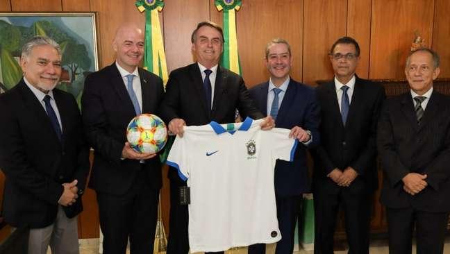 Bolsonaro recebe camisa branca da Seleção em visita de Infantino e Caboclo (Foto: Marcos Corrêa/PR)