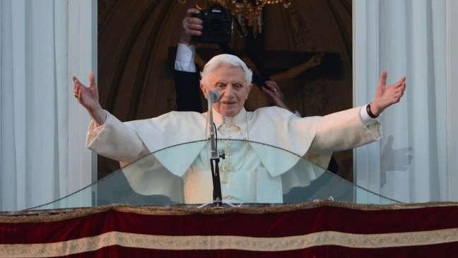 Papa Bento XVI se despedindo depois de deixar o cargo para cuidar da saúde, em fevereiro de 2013