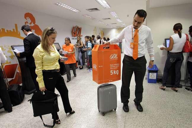 Funcionário da Gol Linhas Aéreas faz simulação que mostra como funciona o gabarito de bagagem, recurso usado para controlar o tamanho da bagagem de mão dos passageiros, no Aeroporto de Congonhas, na capital paulista. 18/12/2012