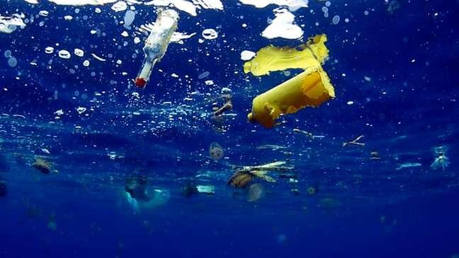 Garrafas e outros objetos de plástico estão contaminando gravemente os oceanos