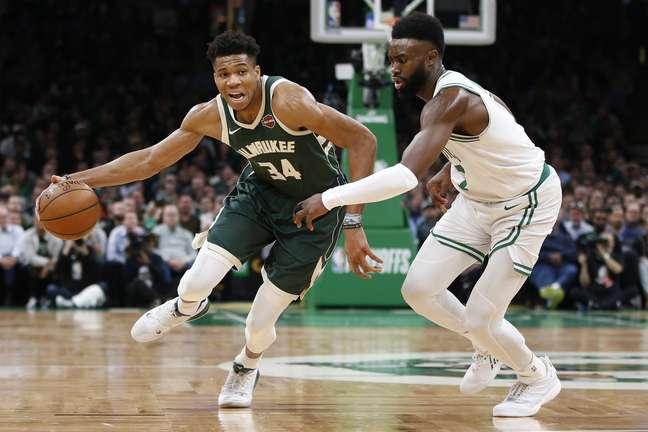 Giannis Antetokounmpo, do Milwaukee Bucks, tenta driblar Jaylen Brown, do Boston Celtics