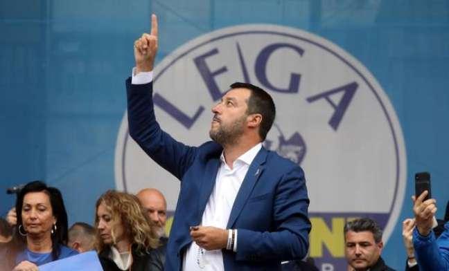 Salvini exibe rosário na mão esquerda e levanta a direita para os céus
