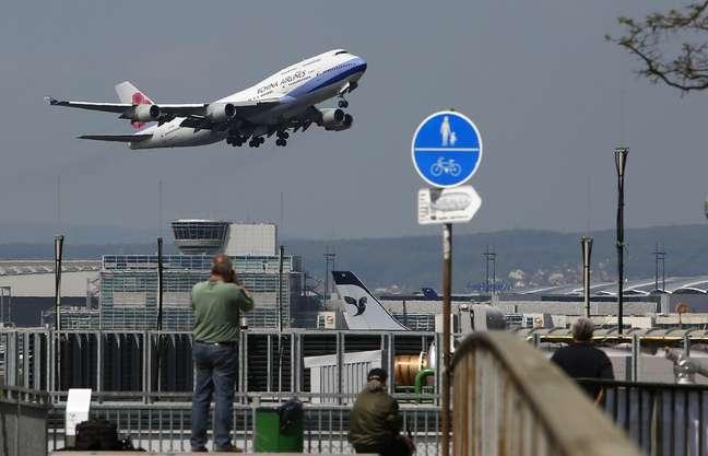 Avião da China Airlines decola do aeroporto de Fraport, em Frankfurt, Alemanha  06/05/2013 REUTERS/Lisi Niesner