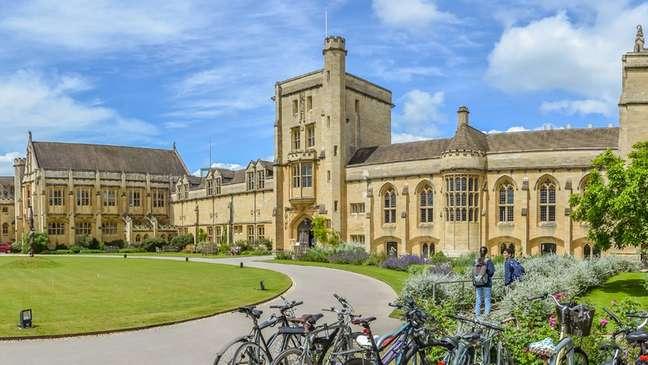 Hands fez faculdade na Mansfield College, na Universidade Oxford