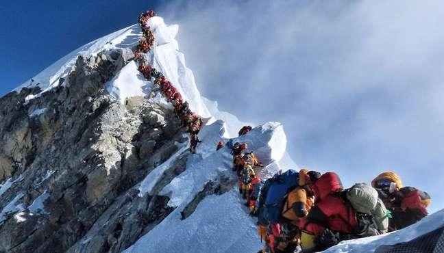Fila para chegar ao topo do Everest