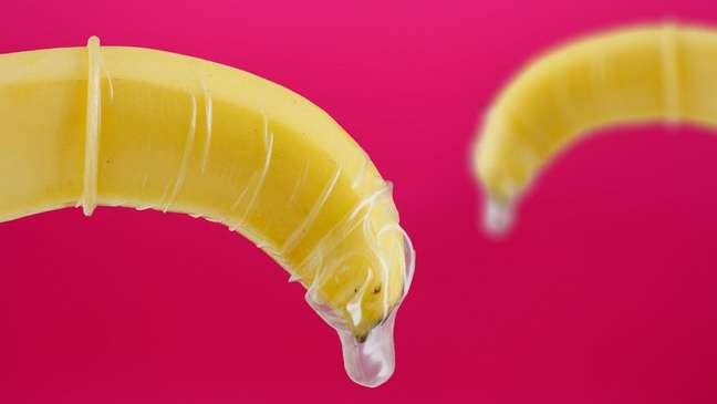 Estudos apontam que muitos homens têm problemas de ereção ao usar camisinha
