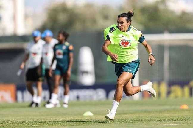 Marta corre durante treinamento da Seleção