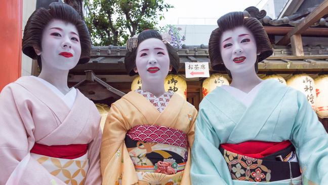 As figuras de gueisha e maiko são parte da herança cultural de Gion, em Quioto