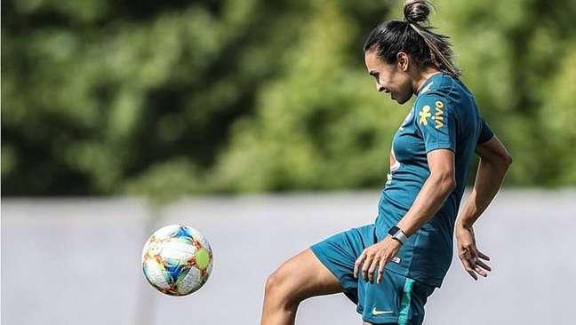 Após tratar lesão por 11 dias, Marta volta a treinar no campo visando o Mundial