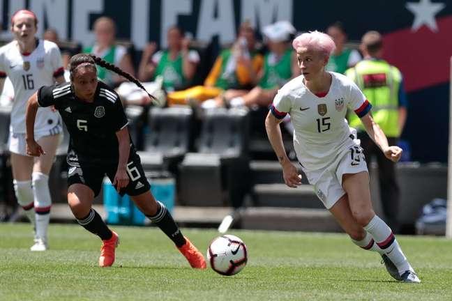 Megan Rapinoe conduz bola pela seleção dos EUA