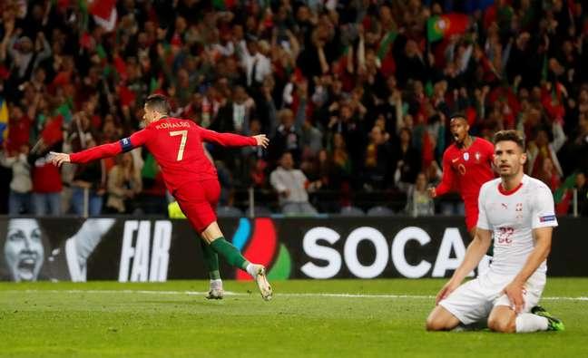 Cristiano Ronaldo comemora um de seus três gols na vitória de Portugal sobre a Suíça, pela Liga das Nações. 5/6/2019  REUTERS/Susana Vera
