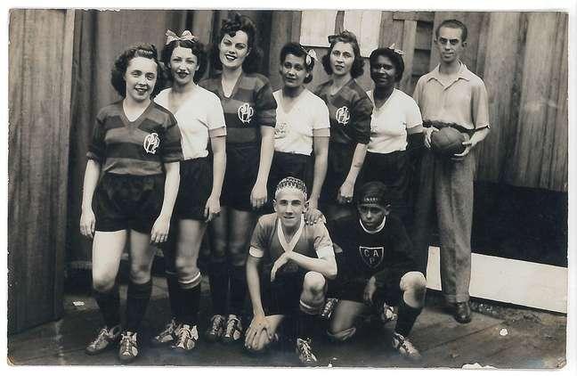 Antes mesmo de imaginarmos o futebol feminino como conhecemos hoje, foi no circo que mulheres desafiaram os padrões da época e ousaram vestir shorts curtos, chutar uma bola de capotão e brincar com o esporte mais popular do Brasil