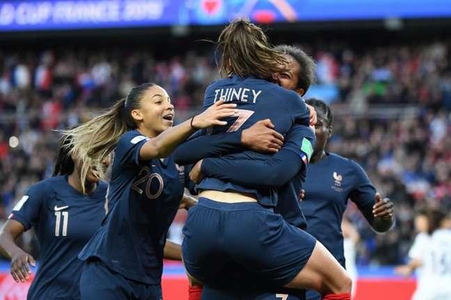 Rennard marcou dois gols de cabeça na goleada da França sobre a Coreia (FRANCOIS XAVIER MARIT/AFP)