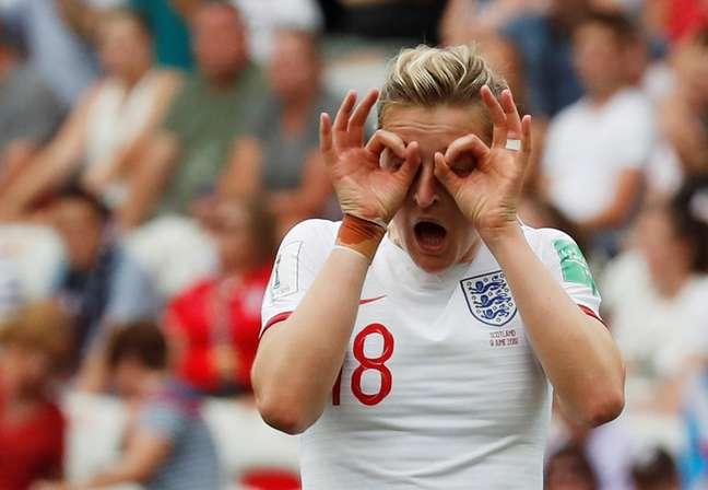 Ellen White comemora gol na partida contra a Escócia
