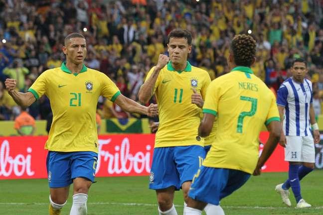 Phelipe Coutinho comemorando gol durante a partida amistosa entre Brasil e Honduras, realizada no Estadio Beira Rio, na cidade de Porto Alegre, na tarde deste domingo (09).