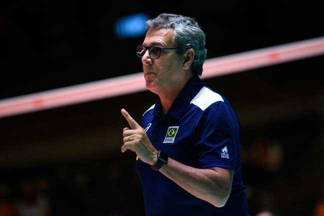 O técnico José Roberto Guimarães no comando da seleção feminina de vôlei.