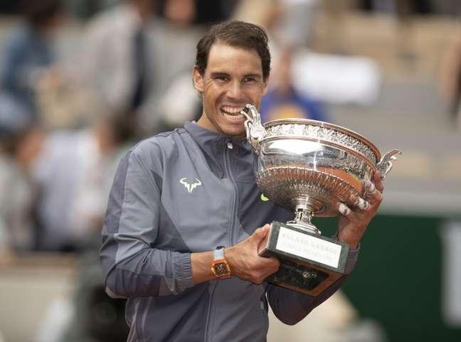Rafael Nadal posa com a taça de campeão de Roland Garros 09/06/2019 Susan Mullane-USA TODAY Sports via REUTERS.