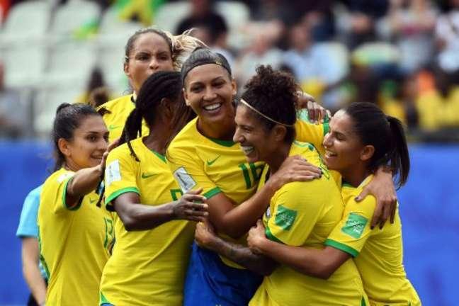 Meninas do Brasil venceram com tranquilidade na estreia da Copa do Mundo (Foto: Jean-Pierre Clatot / AFP)