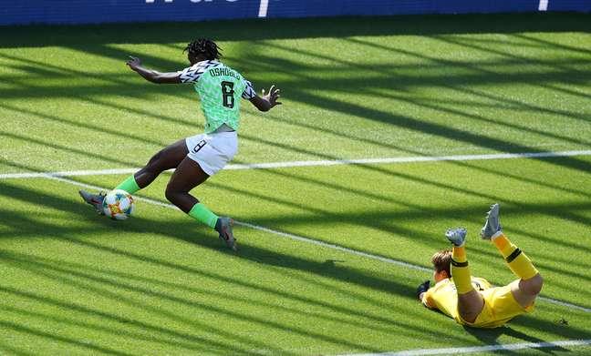 Nigeriana Asisat Oshoala passa pela goleira da Coreia do Sul para marcar durante partida da Copa do Mundo de futebol feminino 12/06/2019 REUTERS/Denis Balibouse
