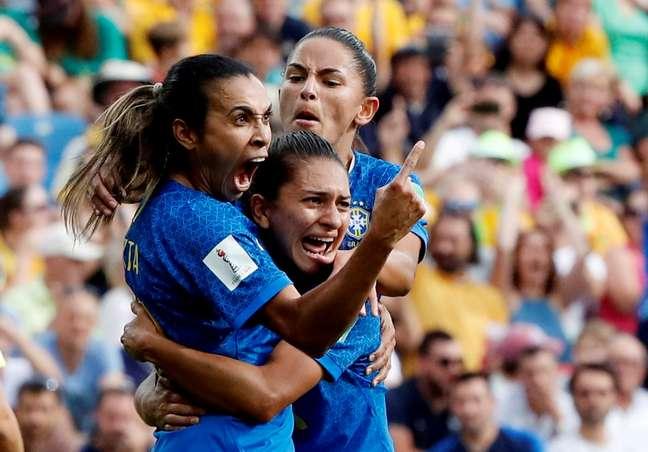 Marta comemora gol com companheiras da Seleção brasileira