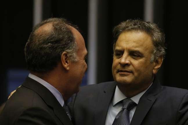 O Senador Fernando Bezerra (MDB-PE) conversa com o deputado Aécio Neves (PSDB-MG) durante sessão do Congresso Nacional, em prol da aprovação do PLN 4, projeto de lei do Congresso que trata do crédito suplementar de R$ 248 milhões para despesas da União, em Brasília (DF), nesta terça-feira (11). A não aprovação da matéria pelo Congresso deve inviabilizar o lançamento do Plano Safra 2019/20 que estava previsto para a quarta-feira, 12.