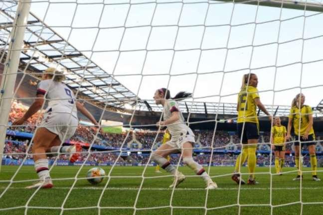 Horan (à esq.) comemora primeiro gol marcado nesta quinta-feira