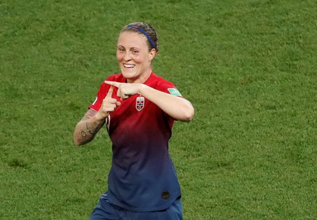 Isabell Herlovsen comemora gol da Noruega em partida contra a Austrália neste sábado (22)