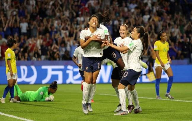 Valerie Gauvin celebra o primeiro gol da França contra o Brasil na derrota da Seleção por 2 a 1