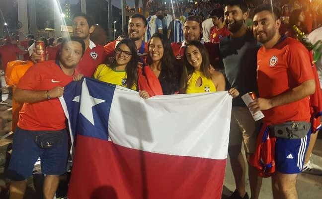 O farmacêutico Sebastián Hugo (de camisa vermelha, short azul e com uma latinha na mão) viajou de Santiago para o Brasil a espera ver o Chile na final da Copa América