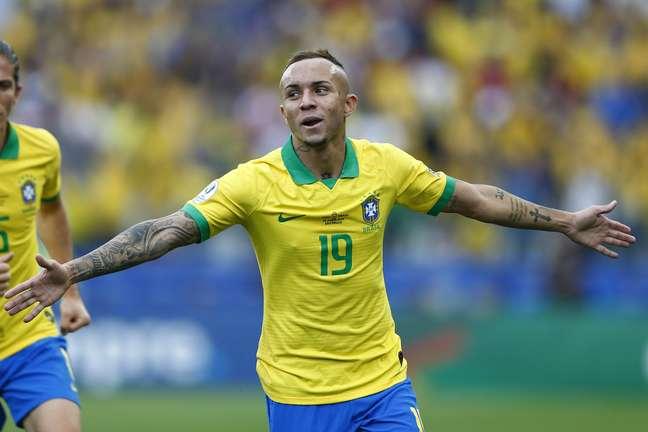 Everton Cebolinha comemora seu gol na vitória do Brasil por 5 a 0 sobre Peru