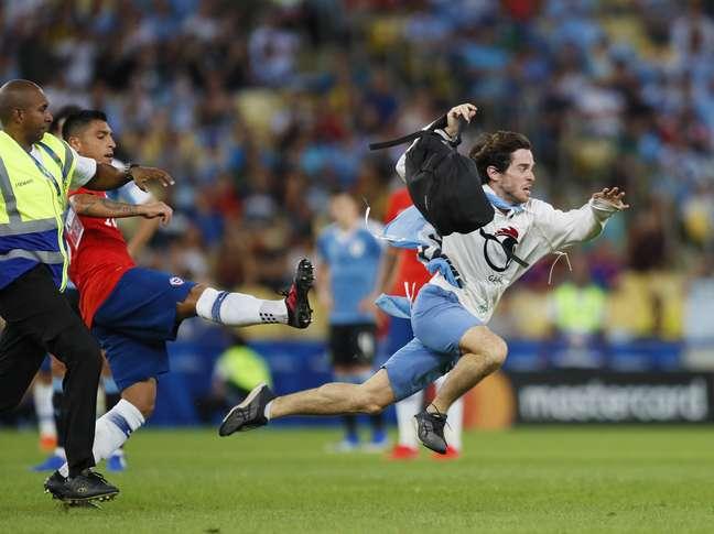 Torcedor invade o campo durante partida entre Uruguai e Chile, realizada no Estádio do Maracanã, na zona norte do Rio de Janeiro, válida pela Copa America 2019, na noite desta segunda- feira, 24 de junho de 2019