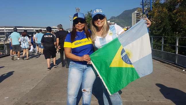 Nathalia, com boné mais claro, foi ao Maracanã para torcer por Messi. Sua mãe, Bernardete, a acompanhou na torcida particular pelo craque