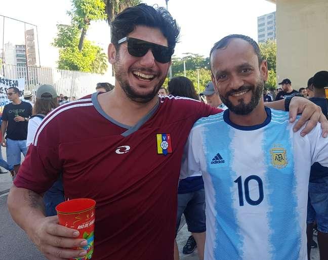 Robson Lima, torcedor do Fluminense, foi um dos poucos com a camisa da Venezuela no Maracanã. Ele é carioca, reverencia Messi e não sabia dizer nenhum nome de jogador da Venezuela. Ao lado, abraça um amigo, também do Rio, que foi torcer pela Argentina