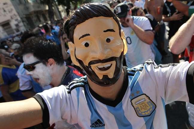 Torcedores argentinos chegam ao Estádio do Maracanã para a partida entre Venezuela e Argentina, válida pelas quartas de final da Copa América 2019, na zona norte do Rio de Janeiro, nesta sexta-feira, 28 de junho de 2019