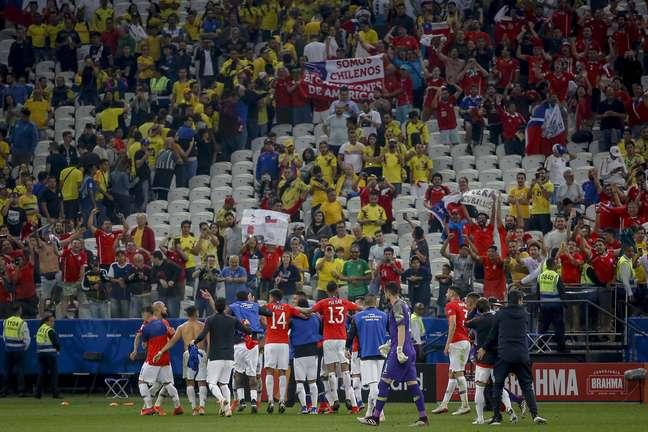 Jogadores do Chile comemoram classificação durante a partida entre Colômbia e Chile
