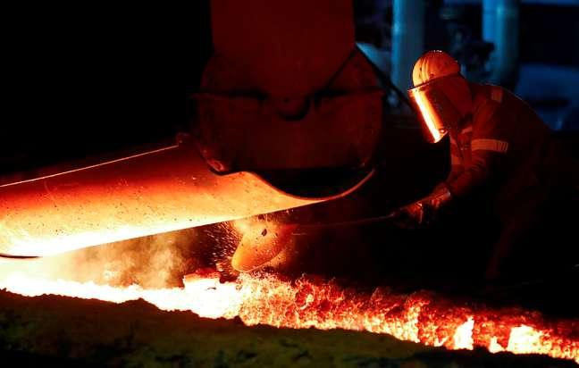 Operário trabalha numa usina de aço, na Alemanha. 28/1/2019. REUTERS/Wolfgang Rattay