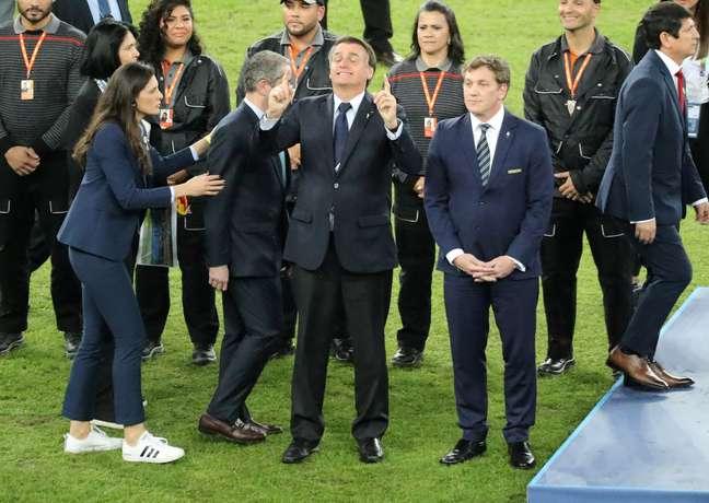 Bolsonaro desceu ao campo do Maracanã após o jogo do Brasil