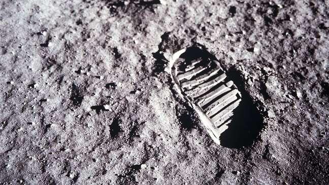 Há 50 anos, o astronauta Neil Armstrong (1930-2012) disse ter dado um 'pequeno passo para o homem, grande passo para a humanidade'
