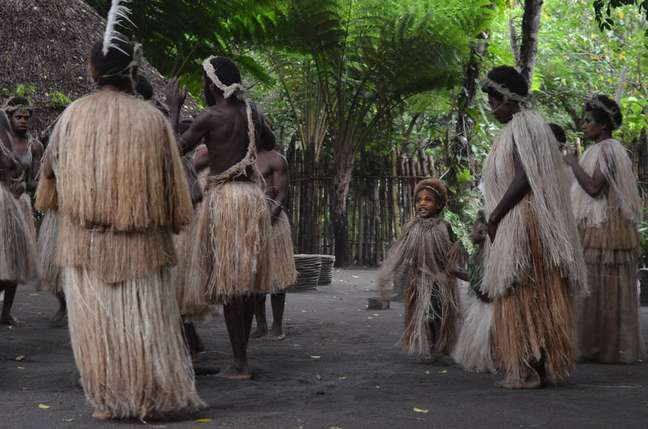 Moradores apresentam danças típicas antes da subida